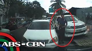 TV Patrol: Lalaking naka-police uniform, nag-counterflow at pumarada sa gitna ng kalsada