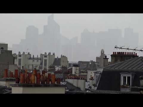 ► La Défense dans la brume (Hauts-de-Seine)