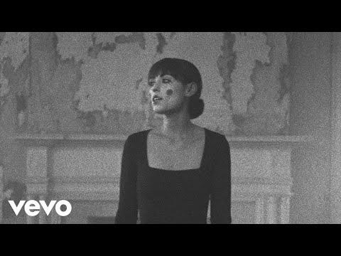 Смотреть клип Sasha Sloan - House With No Mirrors