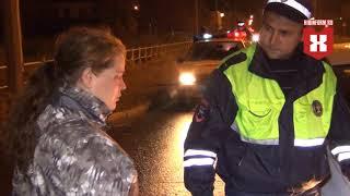 Пьяная женщина бросилась под автомобиль