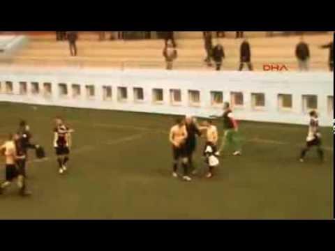 Futbolculardan polise uçan tekme