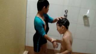 2 kids Bathing
