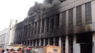 Обрушение фасада горящего здания ЗИЛ