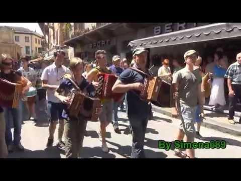 Dronero, Fiera Acciugai, Grande Orchestra Occitana tra le bancarelle