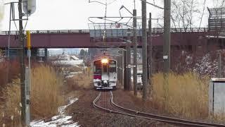 普通列車、陸橋の下を通ります。