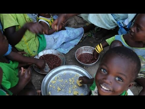 DRC displaced receive handout from World Food Program