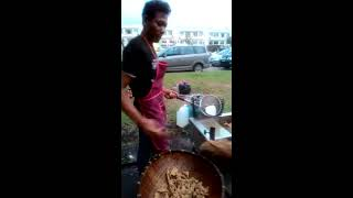 Aksi penjual ayam goreng di malaysia