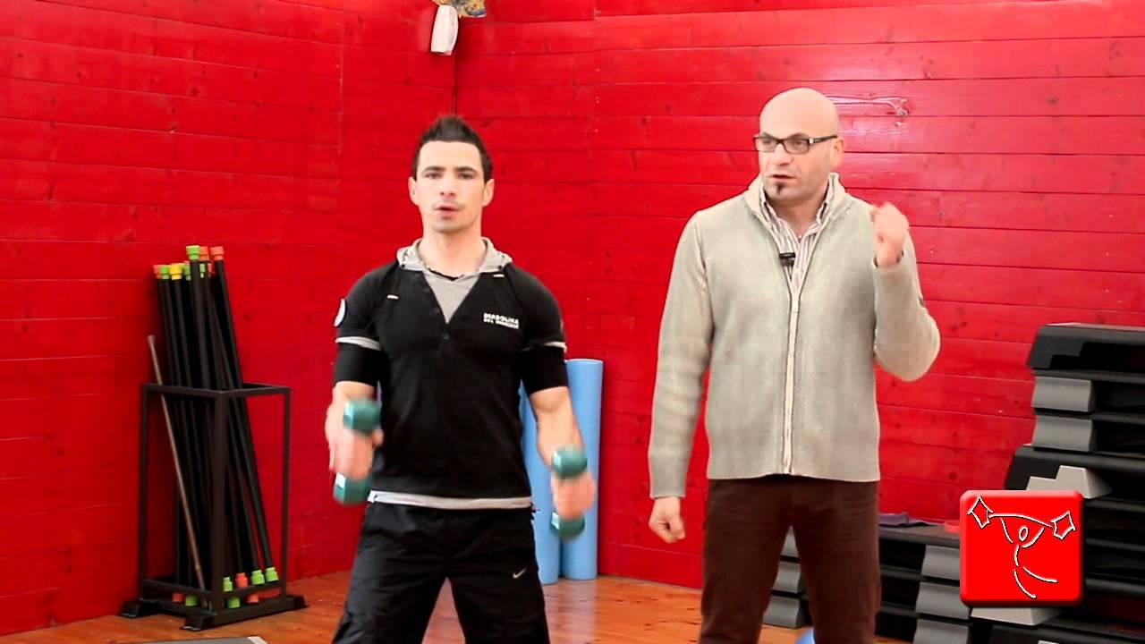 Come sviluppare i bicipiti esercizi per le braccia da - Come fare una palestra in casa ...