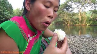 Primitive technology - Survival skills: find food and cooking in bamboo - Eating delicious