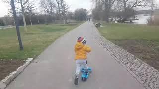 Ребенок ездить зарулем автомашины в 2 года childre...