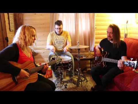 Chantel McGregor plays Fabulous Acoustic Bluegrass Style