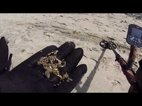 finally find GOLD metal detecting  on the BEACH