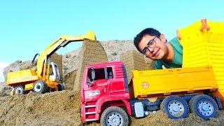 İş makineler - kamyon, kepçe. Kumdan kaleler yapıyoruz