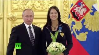 Владимир Путин награждает Яну Егорян в Кремле.