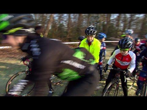 Kinderen krijgen les veldrijden van Marianne Vos en Lars Boom