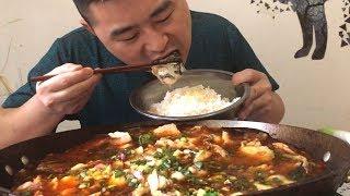 """【超小厨】 3斤麻辣水煮鱼,配大葱更酸爽,精华""""鱼头""""当然是让给老婆吃!哈哈!"""