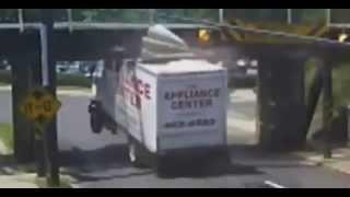 Un pont qui détruit les camions   Videos