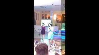мама поёт на свадьбе дочери, сына