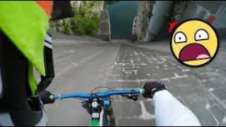 قيادة الدراجات الهوائية في طرق جبلية على ارتفاعات عالية جدا   مشهد مخيف يحبس الأنفاس