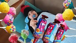 Emzikli bebek renkli şekerleri beğenmiyor  sürekli ağlıyor. Eğlenceli çocuk videosu funny kids
