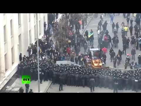 Video: Kiev protesters drive bulldozer towards police cordon