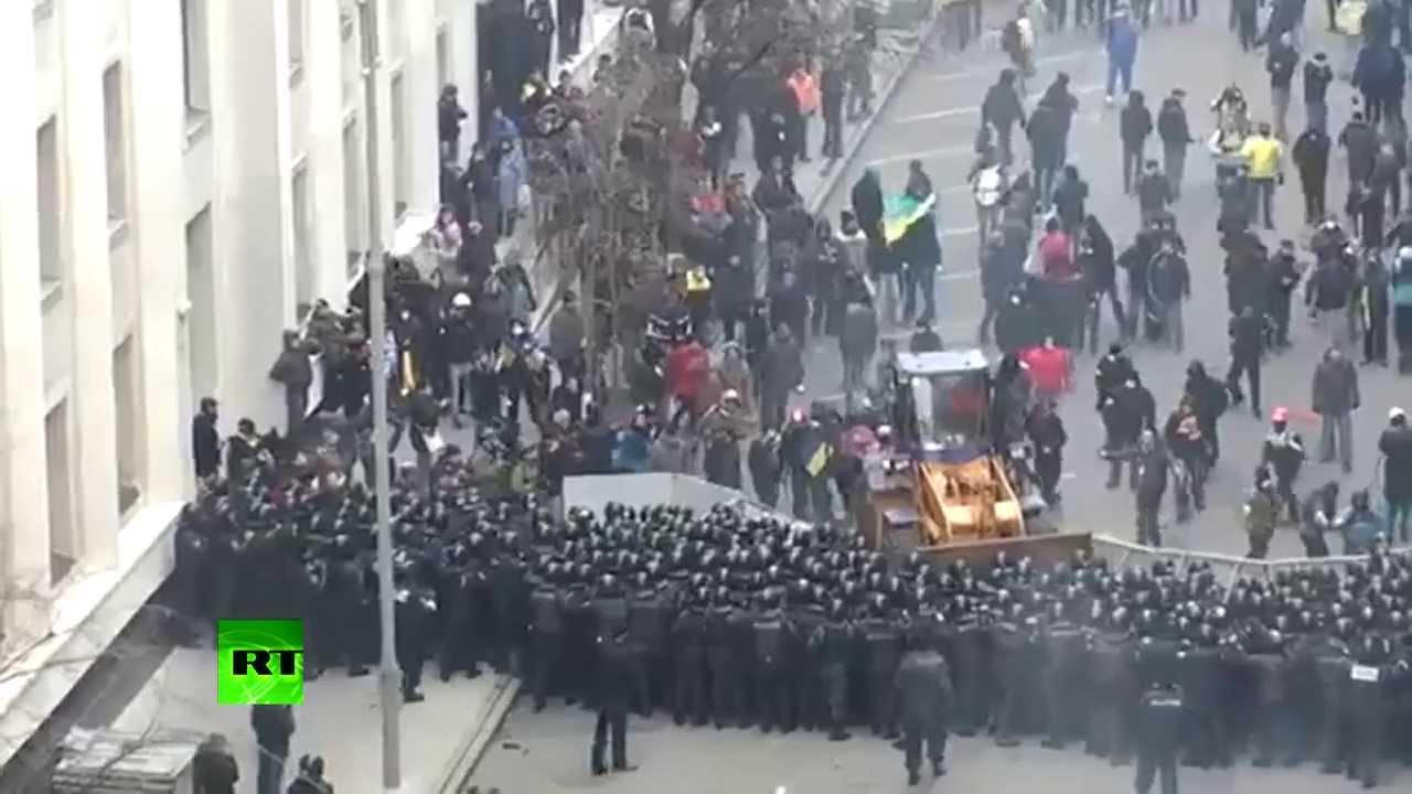 Video: Kiev protesters drive bulldozer towards police cordon
