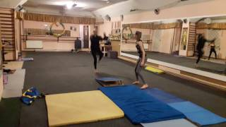 Тренировка по акробатике. Маховое боком
