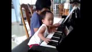 Bé My My đánh đàn piano