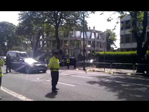 President Obama's car gets stuck in Dublin Embassy