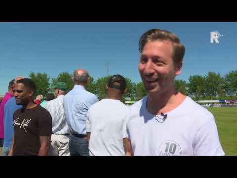 Michael van Dommelen scoort bij Spijkenisse-Quick Boys terwijl zijn broer Alex een interview over...