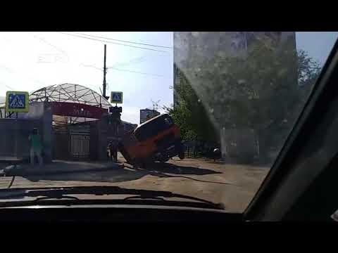 "У рынка ""Омега"" грузовик провалился в яму на дороге"