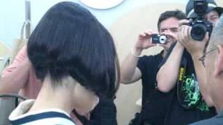 """Tokiwa Takako 常盤貴子 inspectiing stores in """"New People Bldg"""" in S..."""