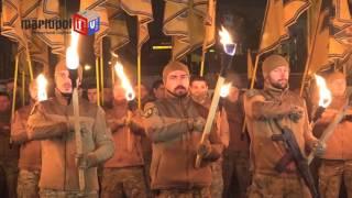 более тысячи «азовцев» прошли по Мариуполю с факелами и файерами