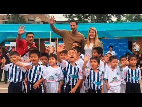 Claudio Pizarro jugó una pichanga con niños de San Juan de Lurigancho