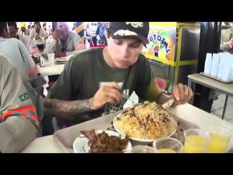 Olha o tamanho do prato de comida deste cidadão