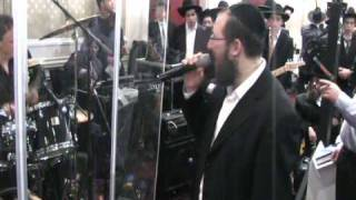 Shragy Gestetner Singing at a Wedding in Ateres Chynka