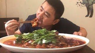 """【超小厨】""""肥肠""""这样吃才解馋,4斤肥肠2块鸭血,麻麻辣辣,今天媳妇不在,感觉有点没食欲!"""