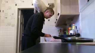 作るなら見せてみろし。飼い主男性の肩で料理の監視委員を行うラグドール