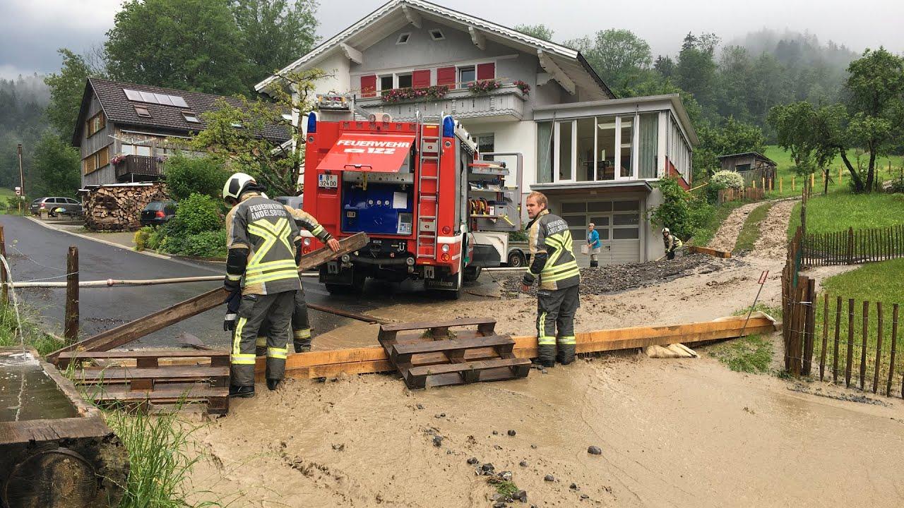 Starkregen: Aufgestauter Bach berschwemmte Strae - calrice.net