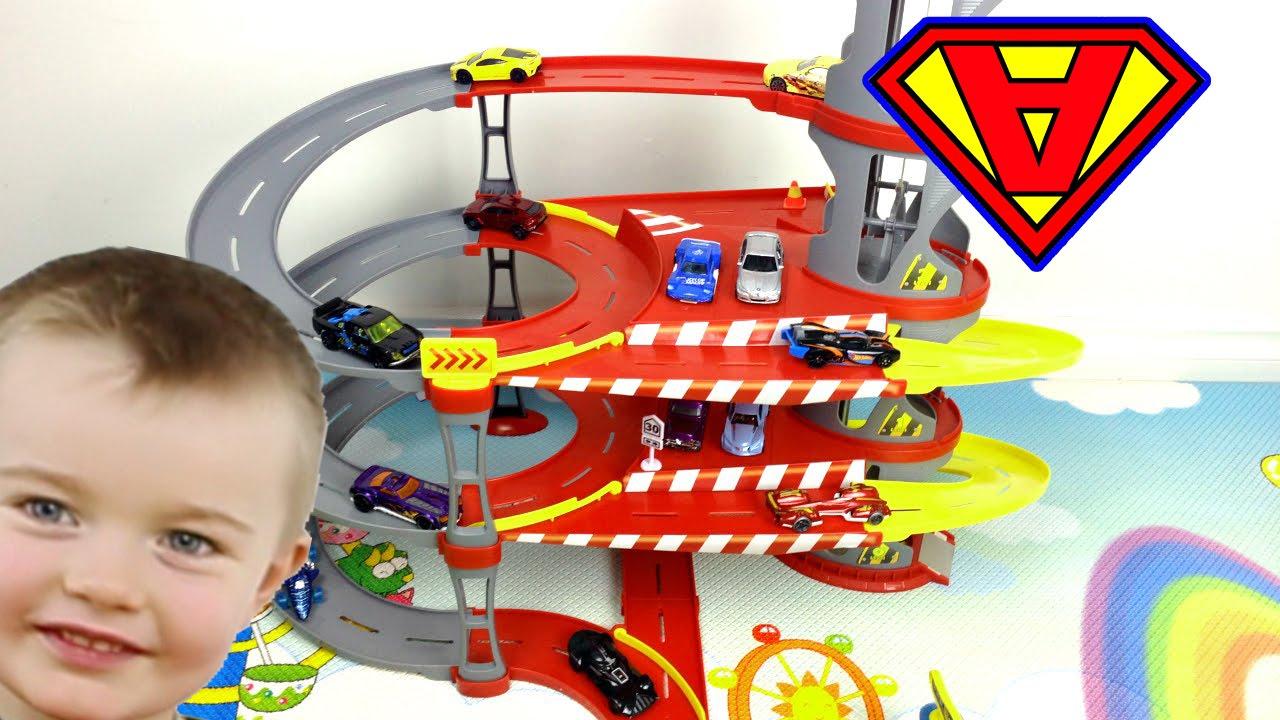 Giocattoli grande parcheggio bimbi giochiamo con le
