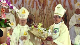 Đức Cha Giuse Nguyễn Chí Linh chúc mừng Đức Tân Giám mục Cha Luy Nguyễn Anh Tuấn