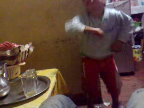 طفل مغربي يرقص على الشعبي thumbnail