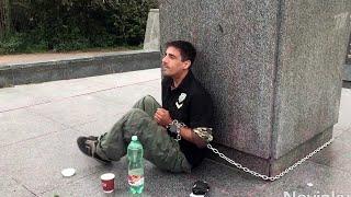 В Праге мужчина приковал себя цепью к памятнику маршалу Коневу.