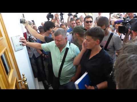 Надежда Савченко с трудом пробралась в Одесскую мэрию