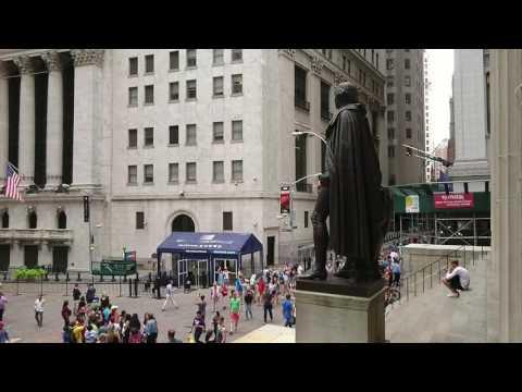 На Уолл-стрит напротив Нью-Йоркской фондовой биржи