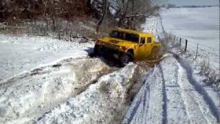 hummer H1 snowy slope