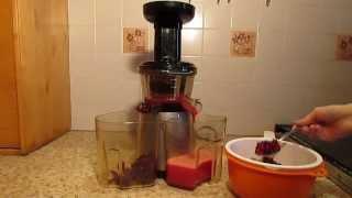 Сок из клюквы в шнековой соковыжималке Hurom.