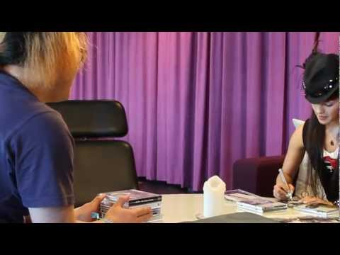 Olivia Lufkin Uppcon 2011 Meeting with a fan in Sweden