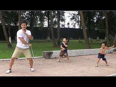 """Hai nhóc 5 tuổi tập đánh các đường """"côn nhị khúc thực chiến"""""""