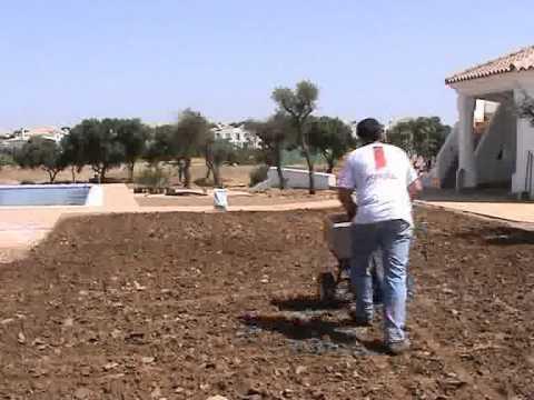 Siembra de cesped con terracottem en tu jardin youtube for Hongos en el cesped jardin